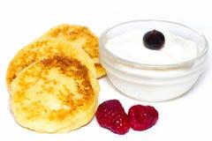 Pancake di recente al forno della ricotta con panna acida e berrie fotografia stock