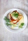 Pancake di verdure con panna acida e la vista diluita e superiore Immagine Stock