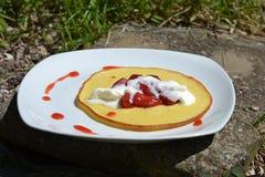 Pancake dolce del dessert con le fragole e la panna montata Immagini Stock