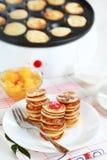 Pancake dolci con il creatore del pancake Immagini Stock Libere da Diritti