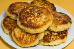 Pancake dolci del formaggio su una zolla Immagini Stock