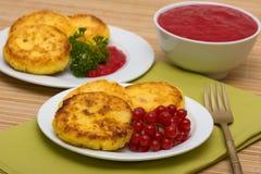 Pancake dolci del formaggio su una zolla Immagine Stock