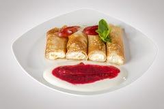 Pancake dolci sul piatto bianco fotografia stock libera da diritti