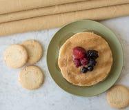 Pancake e biscotti della prima colazione Fotografie Stock Libere da Diritti