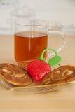 Pancake e fragola del tè Fotografie Stock Libere da Diritti