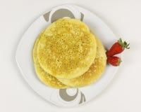 Pancake e fragole su fondo bianco Immagini Stock Libere da Diritti