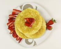 Pancake e fragole su fondo bianco Fotografia Stock Libera da Diritti