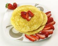 Pancake e fragole su fondo bianco Fotografie Stock Libere da Diritti