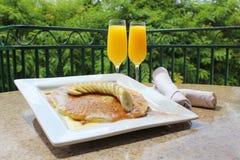 Pancake e mimose nel paese di vino immagine stock