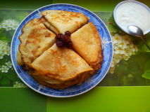Pancake e panna acida fotografie stock libere da diritti