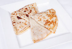 Pancake farciti con carne ed i funghi Immagini Stock