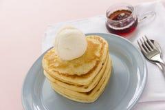 Pancake a forma di del cuore Fotografie Stock Libere da Diritti