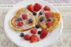 Pancake a forma di del cuore fotografia stock