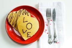 Pancake a forma di del cuore per il giorno di biglietti di S. Valentino Immagine Stock Libera da Diritti