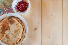 Pancake fragranti rustici deliziosi con i lingonberries Vista superiore Disposizione piana fotografia stock