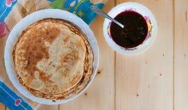 Pancake fragranti rustici deliziosi con l'inceppamento del mirtillo Vista superiore fotografia stock libera da diritti