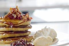 Pancake gastronomici della prima colazione con i pezzi del bacon Fotografia Stock