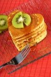 Pancake Heart-shaped con la frutta di kiwi Fotografie Stock