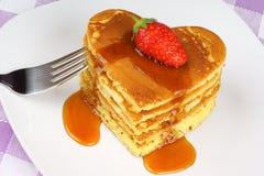 Pancake Heart-shaped con sciroppo e la fragola Immagini Stock Libere da Diritti