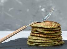 Pancake insoliti verdi degli spinaci fotografia stock libera da diritti