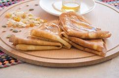 Pancake, miele e dadi Immagine Stock Libera da Diritti