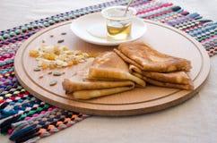 Pancake, miele e dadi Fotografie Stock Libere da Diritti