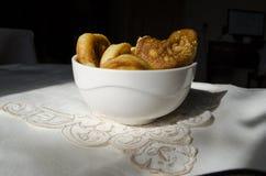 Pancake nel piatto bianco profondo della porcellana Fotografie Stock Libere da Diritti