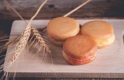 pancake o Dorayaki su fondo di legno Fotografia Stock