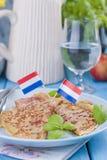 Pancake olandesi con il prosciutto per i colori luminosi della prima colazione, fondo blu Saporito e calorico immagine stock libera da diritti