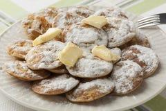 Pancake olandesi del piatto i mini hanno chiamato i poffertjes Immagini Stock