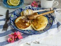 Pancake per la prima colazione con miele ed il limone Immagine Stock