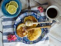 Pancake per la prima colazione con miele ed il limone Fotografia Stock