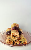 Pancake rotolati con l'ostruzione di fragola su una lastra di vetro Fotografie Stock Libere da Diritti