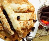 Pancake, rotolati nei tubi ed in un vetro di vin brulé caldo Immagine Stock Libera da Diritti