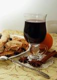 Pancake, rotolati nei tubi ed in un vetro di vin brulé caldo Immagine Stock