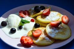 Pancake rubicondo con le bacche nei raggi luminosi del sole di mattina Fotografia Stock Libera da Diritti