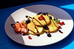 Pancake rubicondo con le bacche nei raggi luminosi del sole di mattina Immagine Stock Libera da Diritti