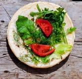 Pancake russi con le verdure su una plancia di legno Fotografia Stock Libera da Diritti
