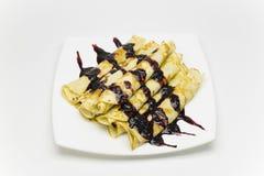 Pancake russi di colore dorato su un piatto bianco fotografie stock
