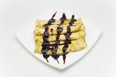 Pancake russi di colore dorato su un piatto bianco Fotografia Stock