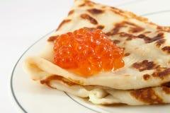 Pancake russo con il caviale rosso Immagini Stock Libere da Diritti