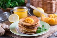 Pancake sani della prima colazione con il limone ed il miele fotografia stock