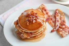 Pancake saporiti con bacon immagine stock