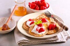 Pancake scozzesi dell'avena con miele Fotografia Stock