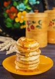 Pancake sopra cagliati con inceppamento Fotografie Stock