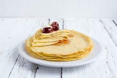 Pancake sottili fritti immagini stock