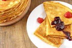 Pancake sottili su una tavola e su un piatto Fotografia Stock Libera da Diritti