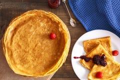 Pancake sottili su una tavola e su una vista superiore del piatto Fotografia Stock