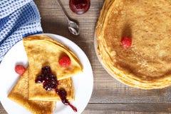 Pancake sottili su una tavola e su una vista superiore del piatto Immagine Stock Libera da Diritti