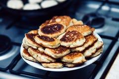 Pancake su un fondo della stufa Fotografie Stock